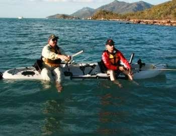 Фото. Два мужика свесили ноги в воду и ловят рыбу