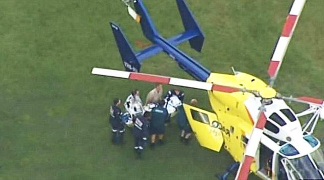 раненый мужчина доставлется в больницу вертолетом