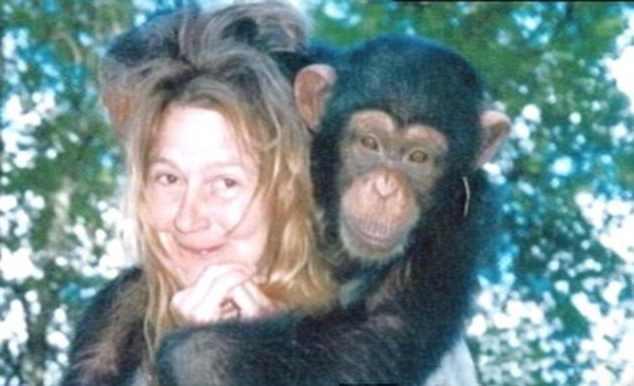 обезьяна сидит на голове женщины