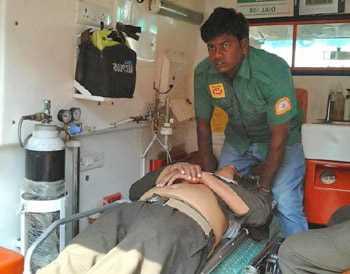 раненый человек на носилках