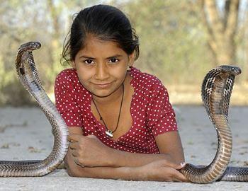 девушка с двумя змеями