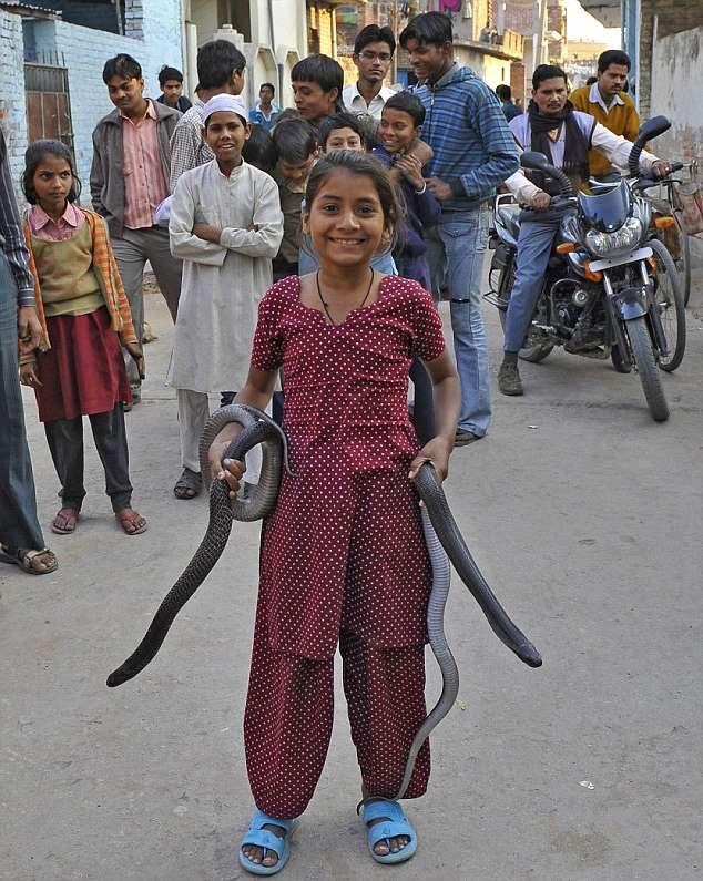девочка идет со змеями