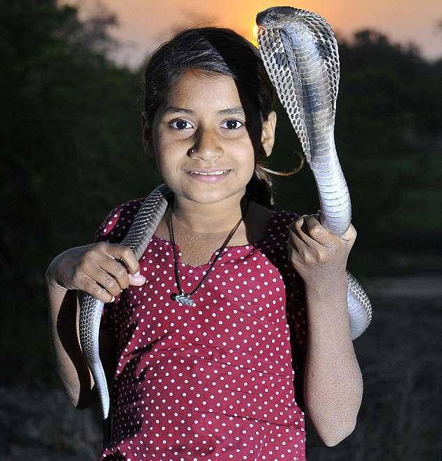 кобра на плечах девочки