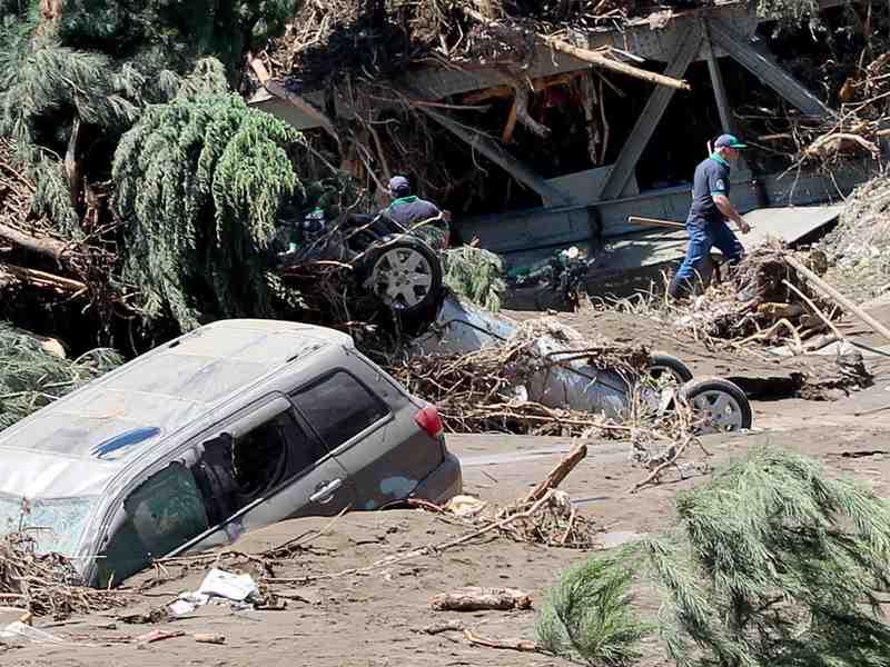 заваленные улицы после наводнения