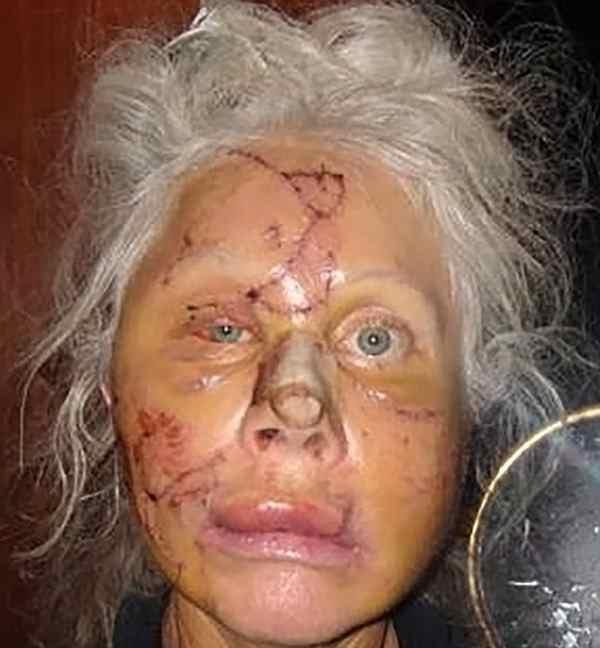 Подратанное лицо женщины