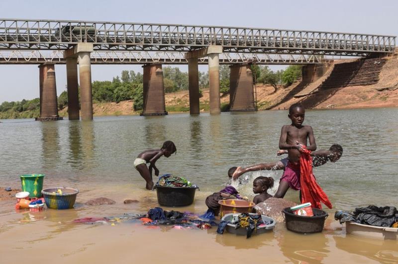 африканские дети стирают белье