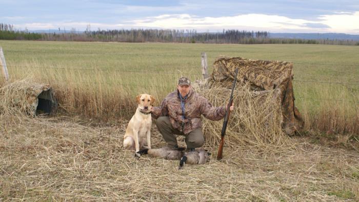 мужчина с собакой спасшей его от медведя