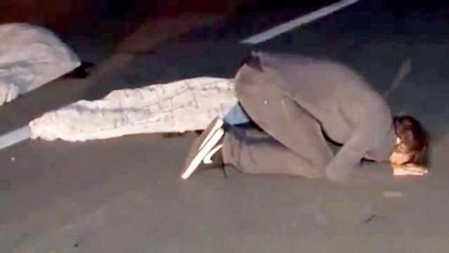 парень плачет по погибшим