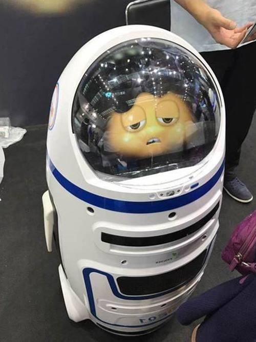 робот напал на человека