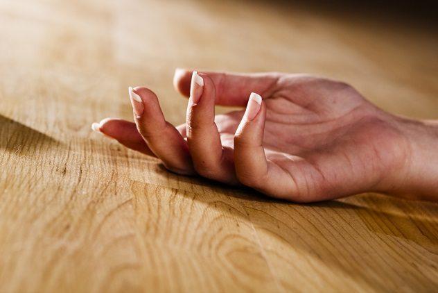 рука женщины на полу