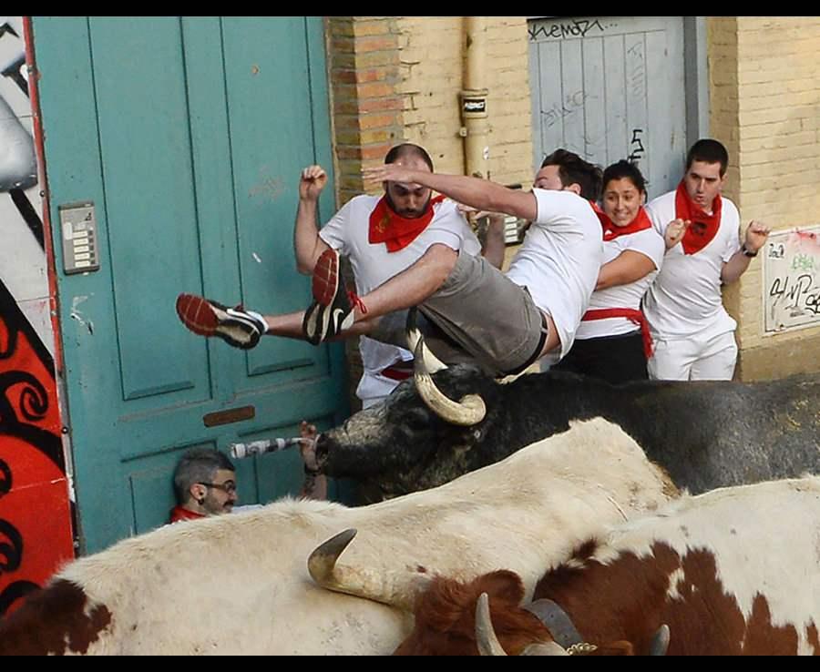 мужчина в воздухе и быки