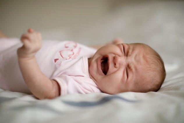 плачет новорожденный
