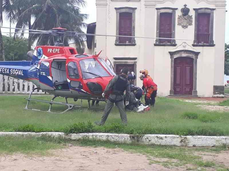 грузят пострадавшего на вертолет