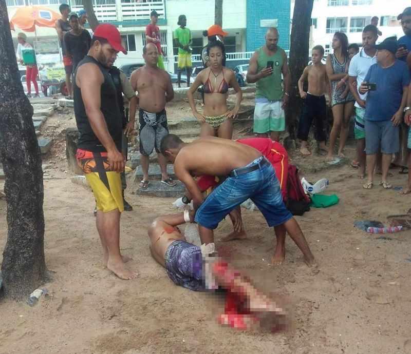 вытащили мужчину на песок