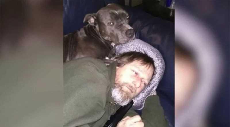 мужчина сос свое собакой