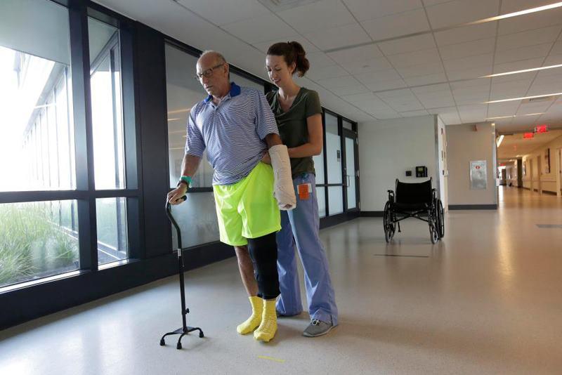 мужчине помогает медсестра