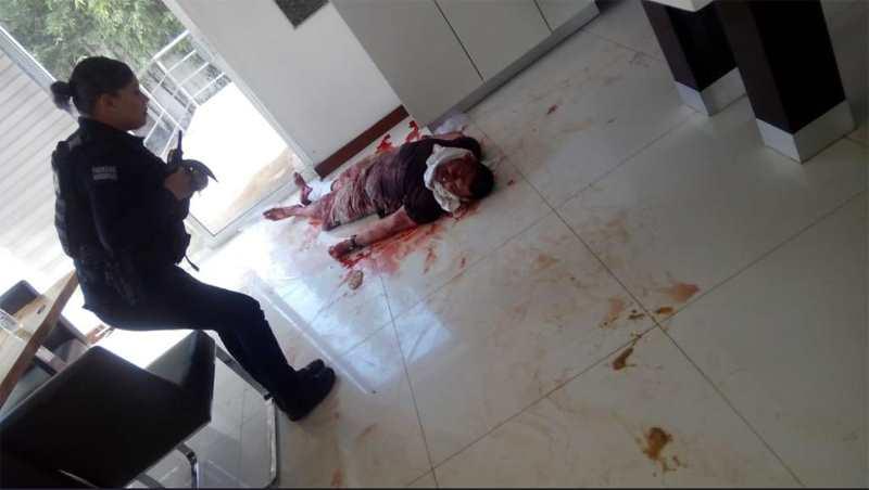 мужчина в крови на полу