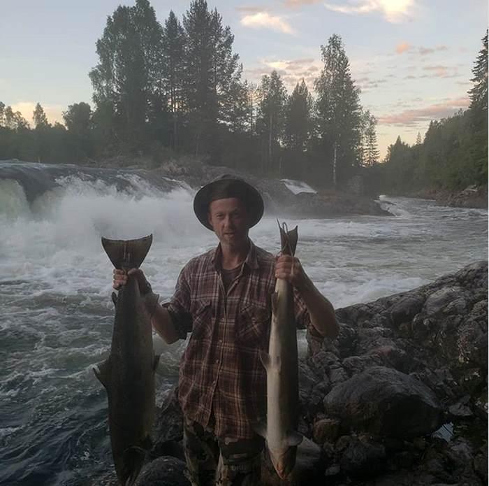 канадец с рыбой в руках
