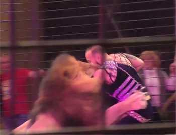 момент нападения льва на дрессировщика
