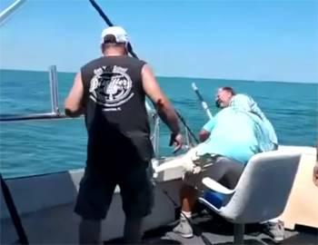 акула укусила капитана лодки