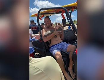 парень держит акулу-няньку