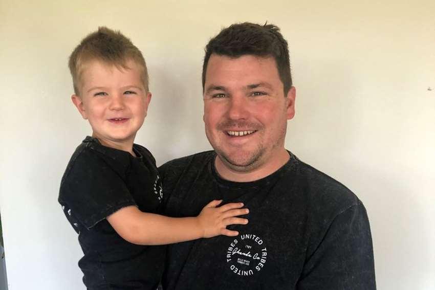 мужчина держит сына на руках