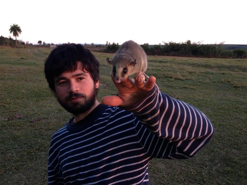 исследователь и маленькое животное